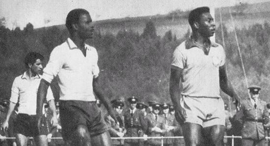 "21 Abril 1963 – Vicente e Yaúca, na 1ª vitória de Portugal sobre o Brasil. Vicente ""anulou"" Pélé"
