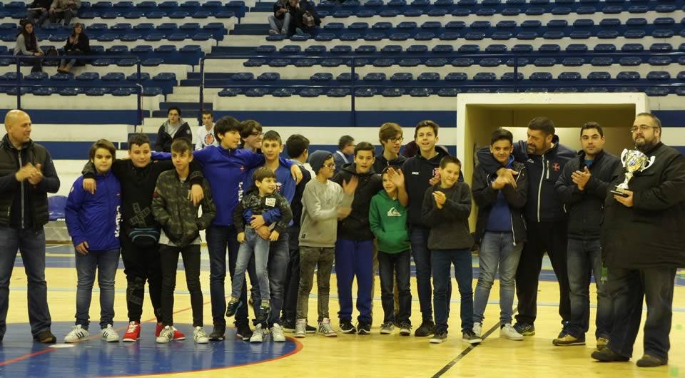 Infantis exibem troféu do Torneio Professor José Violante