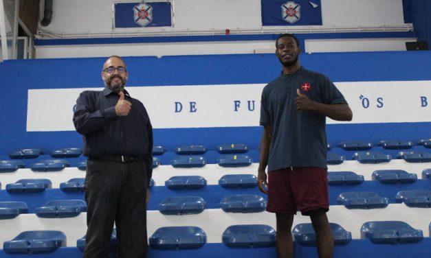 Extremo norte-americano Doyin Fadojutimi é reforço do basquetebol